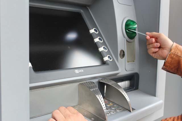 retirada-de-dinero-en-cajero-automatico