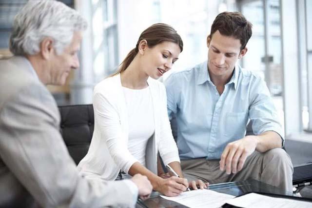 pareja-firmando-una-hipoteca-sin-aval