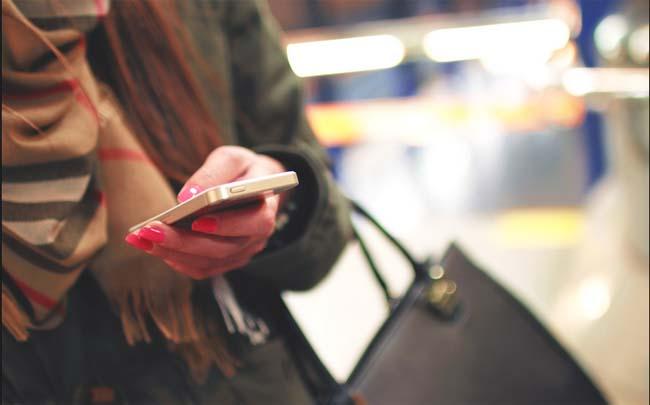 mujer-utilizando-la-banca-movil-en-su-smartphone