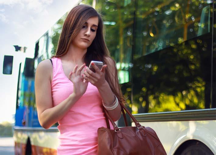 mujer-operando-sus-cuentas-online
