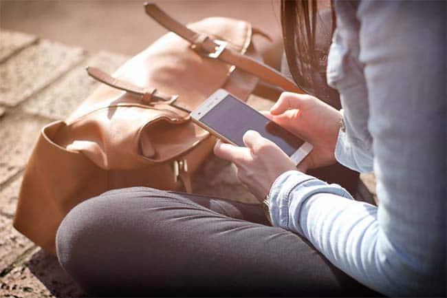 persona-utilizando-telefono-movil