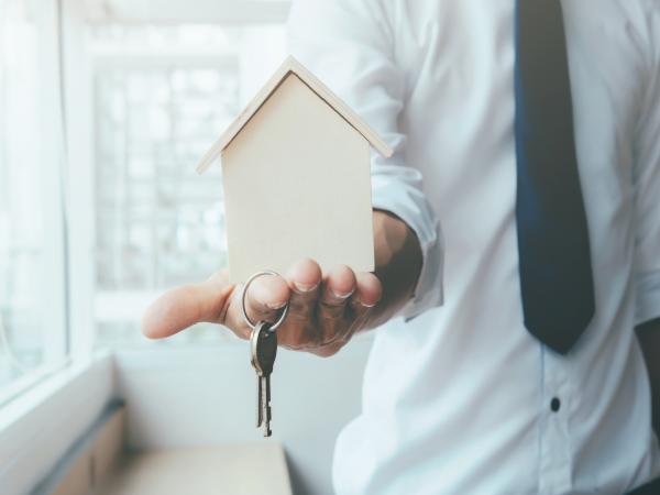 Persona con llave en mano, venta de piso